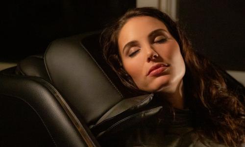 Обволакивающий и разминающий массаж шеи и плеч - Массажное кресло Bodo Ecto Black